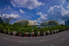 SINGAPORE SINGAPORE - FEBRUARI 01, 2018: Härlig utomhus- sikt av Marina Bay Sand med en lång huvudväg, med enormt Royaltyfria Bilder