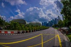 SINGAPORE SINGAPORE - FEBRUARI 01, 2018: Härlig utomhus- sikt av Marina Bay Sand med en lång huvudväg, med enormt Arkivbild