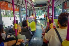 SINGAPORE SINGAPORE - FEBRUARI 01, 2018: Inomhus sikt av oidentifierat folk inom av en buss, kollektivtrafik in Fotografering för Bildbyråer