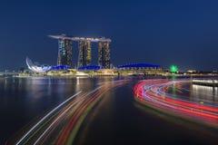 SINGAPORE, SINGAPORE - 18 FEBRUARI, 2018: Marina Bay Sands en lichte slepen van rivierboten, Singapore Royalty-vrije Stock Foto