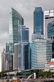 SINGAPORE - FEBRUARI 3: Merlion springbrunn och skyskrapor i synd royaltyfri bild