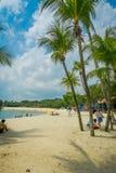 SINGAPORE, SINGAPORE - FEBRUARI 01, 2018: Mooie openluchtmening en niet geïdentificeerde mensen die in het gele zand lopen met Stock Foto