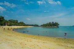 SINGAPORE, SINGAPORE - FEBRUARI 01, 2018: Niet geïdentificeerde mensen die van het gele zand genieten en in tropisch strand binne Stock Afbeeldingen