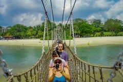 SINGAPORE SINGAPORE - FEBRUARI 01, 2018: Oidentifierat folk som tar bilder och går över en träupphängning Arkivfoton