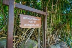 SINGAPORE, SINGAPORE - FEBRUARI 01, 2018: Openlucht geschreven mening van informatief teken over een houten structuur: souther Stock Afbeelding