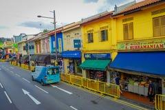 SINGAPORE SINGAPORE - FEBRUARI 01, 2018: Ovanför sikt av oidentifierat folk som in går på det lilla Indien området Arkivbilder