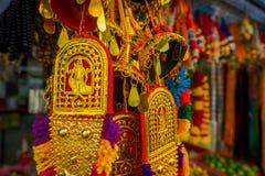 SINGAPORE SINGAPORE - FEBRUARI 01, 2018: Stäng sig upp av den selektiva fokusen av färgglade indiska handycrafts på en shoppa in Royaltyfri Fotografi