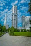 SINGAPORE SINGAPORE - FEBRUARI 01, 2018: Utomhus- sikt av den vita tornstrukturen med andra lokaliserade härliga byggnader Arkivbild