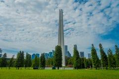 SINGAPORE SINGAPORE - FEBRUARI 01, 2018: Utomhus- sikt av den vita tornstrukturen som lokaliseras i en parkera i Singapore Royaltyfria Bilder