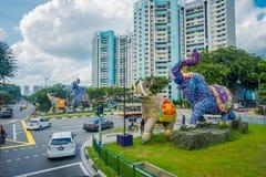 SINGAPORE SINGAPORE - FEBRUARI 01, 2018: Utomhus- sikt av oidentifierat folk som går i gatorna med några bilar och Arkivfoton
