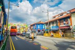 SINGAPORE SINGAPORE - FEBRUARI 01, 2018: Utomhus- sikt av oidentifierat folk som in går på det lilla Indien området Royaltyfria Bilder