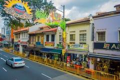 SINGAPORE SINGAPORE - FEBRUARI 01, 2018: Utomhus- sikt av oidentifierat folk som in går på det lilla Indien området Arkivbilder
