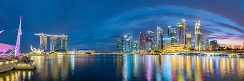 Singapore finansiell områdeshorisont på marinafjärden på skymningtid Arkivbild