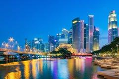 Singapore finansiell områdeshorisont på marinafjärden på skymningtid Arkivfoton