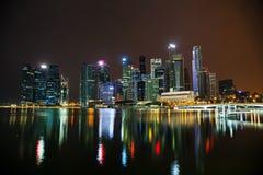 Singapore finansiellt område på natten Royaltyfri Bild