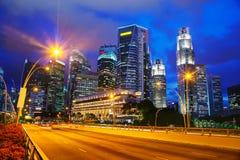 Singapore finansiellt område på natten Arkivfoto