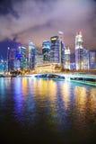 Singapore finansiellt område på natten Arkivfoton