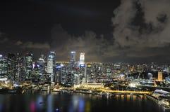 Singapore fjärd på natten med vattenreflexioner arkivbild