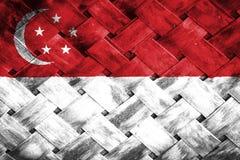 Singapore flagga, flagga på trät Royaltyfria Bilder