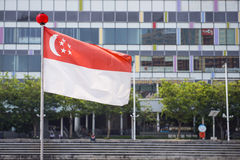 Singapore flagga på överkanten av polen Fotografering för Bildbyråer