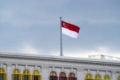 Singapore flagga på byggnad Fotografering för Bildbyråer