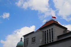 Singapore flagga på den halva masten Royaltyfri Foto