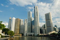 Singapore flod med horisonten av tombolastället Arkivfoto