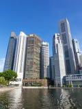 Singapore flod med moderna skyskrapor Arkivbild