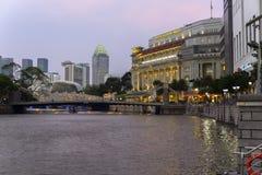 Singapore flod och Cavenagh bro Arkivbilder