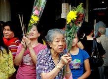 Singapore: Folk som ber på den kinesiska templet Royaltyfria Foton