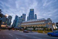 Singapore 30 12 2008: Fullerton för gata främst hotell och horisont i bakgrunden Royaltyfri Bild
