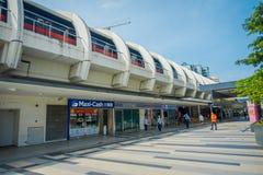 SINGAPORE, SINGAPORE - 30 GENNAIO 2018: Singapore ammassa i viaggi rapidi di MRT del treno sulla pista Il MRT ha 106 stazioni Immagini Stock Libere da Diritti