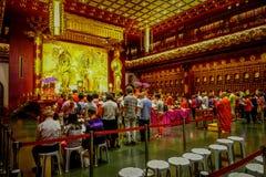 SINGAPORE, SINGAPORE - 30 GENNAIO 2018: Gente non identificata che prega alla statua di signore Buddha dentro la reliquia del den Fotografie Stock