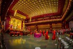 SINGAPORE, SINGAPORE - 30 GENNAIO 2018: Gente non identificata che prega alla statua di signore Buddha dentro la reliquia del den Fotografia Stock Libera da Diritti