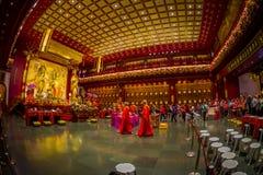 SINGAPORE, SINGAPORE - 30 GENNAIO 2018: Gente non identificata che prega alla statua di signore Buddha dentro la reliquia del den Fotografie Stock Libere da Diritti