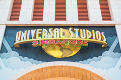 SINGAPORE - 13 gennaio turisti ed ospiti del parco a tema che prendono le immagini di grande fontana girante del globo davanti al Immagini Stock Libere da Diritti