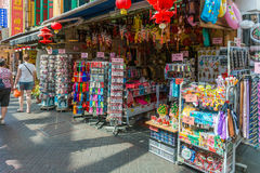 SINGAPORE - 20 GIUGNO: Agitarsi via del distretto di Chinatown su J Immagini Stock