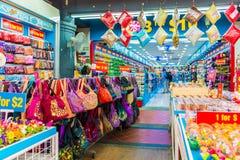 SINGAPORE - 20 GIUGNO: Agitarsi via del distretto di Chinatown su J Fotografie Stock
