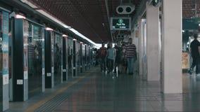 SINGAPORE - 11 GIUGNO 2018: Binario della stazione della metropolitana della stazione ferroviaria di lasso di tempo con il treno  archivi video
