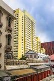 Singapore - 2011: Gula lägenheter bredvid den indiska templet royaltyfri fotografi