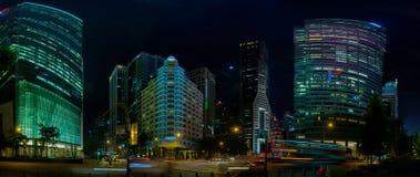 Singapore härliga moderna arkitektur på natten Royaltyfria Bilder