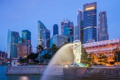 Singapore horisont och Merlion på skymning Royaltyfri Bild