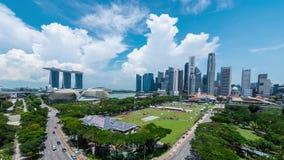 Singapore horisont och sikt av skyskrapor på Marina Bay på twilien lager videofilmer