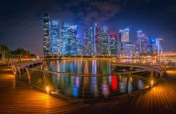 Singapore horisont och sikt av skyskrapor på Marina Bay på twilien Royaltyfri Fotografi