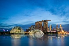 Singapore horisont på den Marina Bay During Sunset Blue timmen Royaltyfri Fotografi