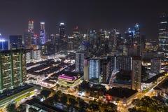 Singapore horisont på natten med stads- byggnader, i stadens centrum kärna Royaltyfria Bilder