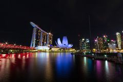 Singapore horisontcityscape runt om marinafjärden på natten royaltyfri fotografi