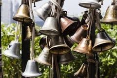 SINGAPORE, il 10 dicembre 2017: Chiuda su di molte belle vecchie campane Immagine Stock
