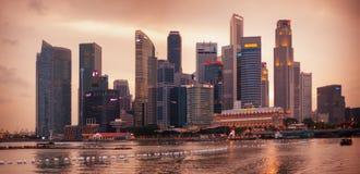 SINGAPORE - 01 JANUARI 2014: aftonhorisontsikt av skyskraporna Royaltyfri Fotografi