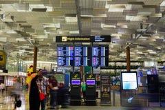SINGAPORE - JANUARI 8, 2017: Besökare går runt om avvikelsen Hall i Changi den internationella flygplatsen, Singapore Arkivbilder